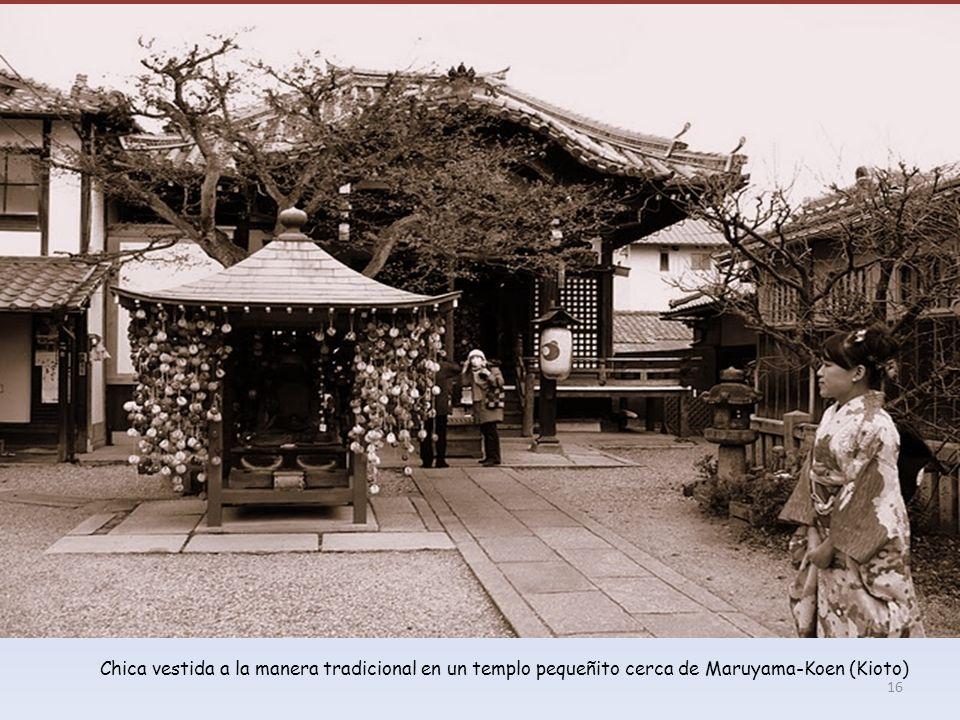 Chica vestida a la manera tradicional en un templo pequeñito cerca de Maruyama-Koen (Kioto) 16
