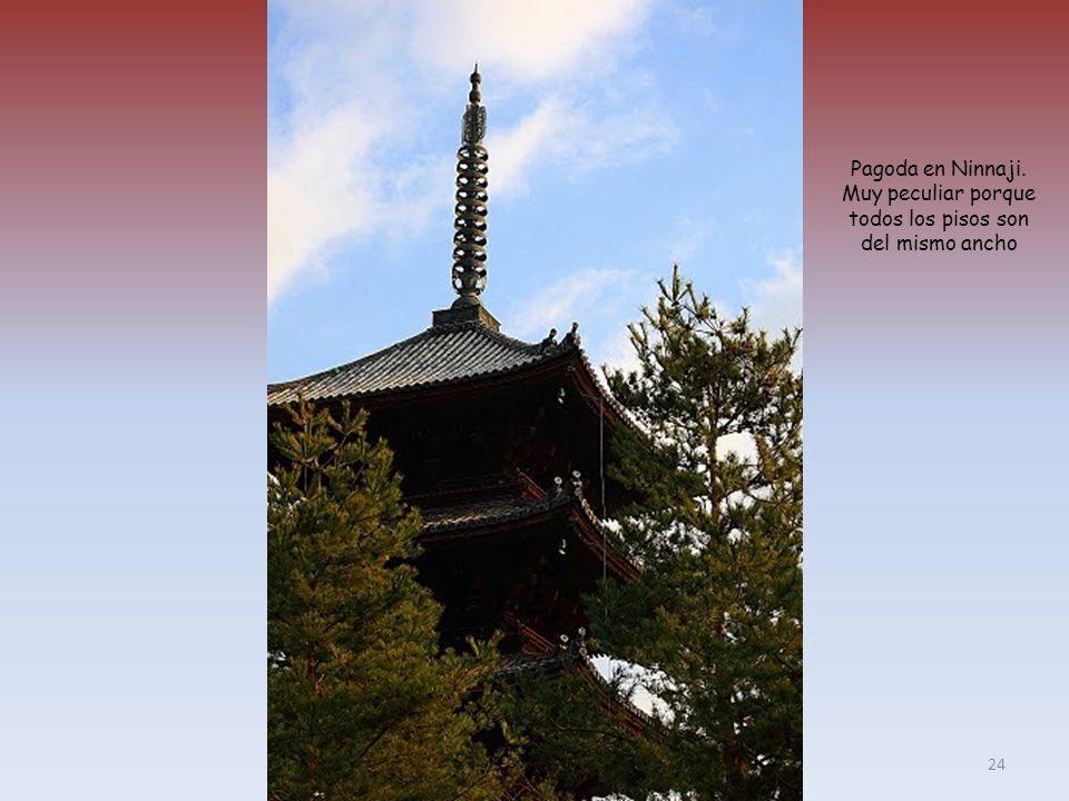 Pagoda en Ninnaji. Muy peculiar porque todos los pisos son del mismo ancho 24