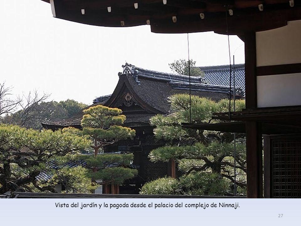 Vista del jardín y la pagoda desde el palacio del complejo de Ninnaji. 27