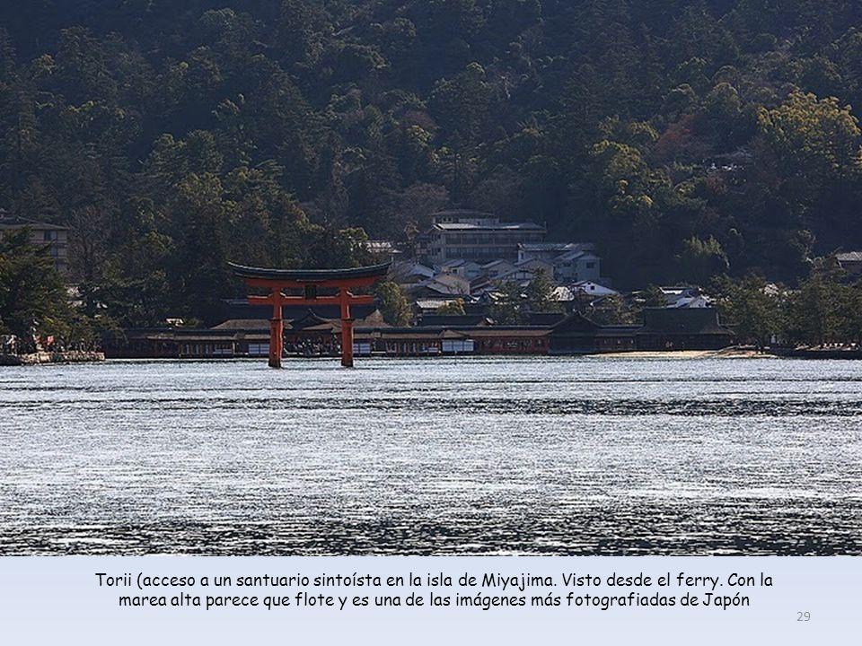 Torii (acceso a un santuario sintoísta en la isla de Miyajima.