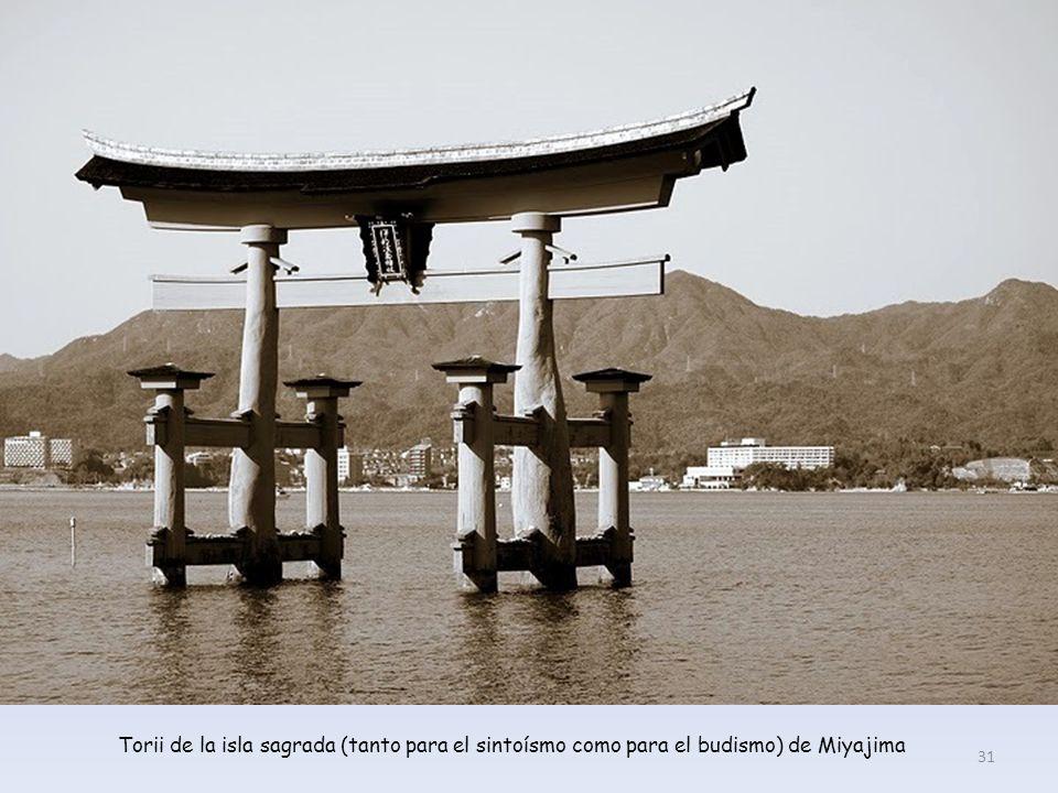 Torii de la isla sagrada (tanto para el sintoísmo como para el budismo) de Miyajima 31
