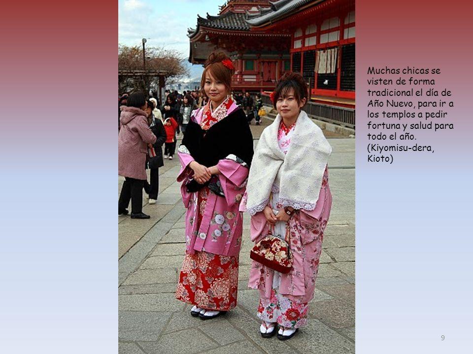 Muchas chicas se visten de forma tradicional el día de Año Nuevo, para ir a los templos a pedir fortuna y salud para todo el año.