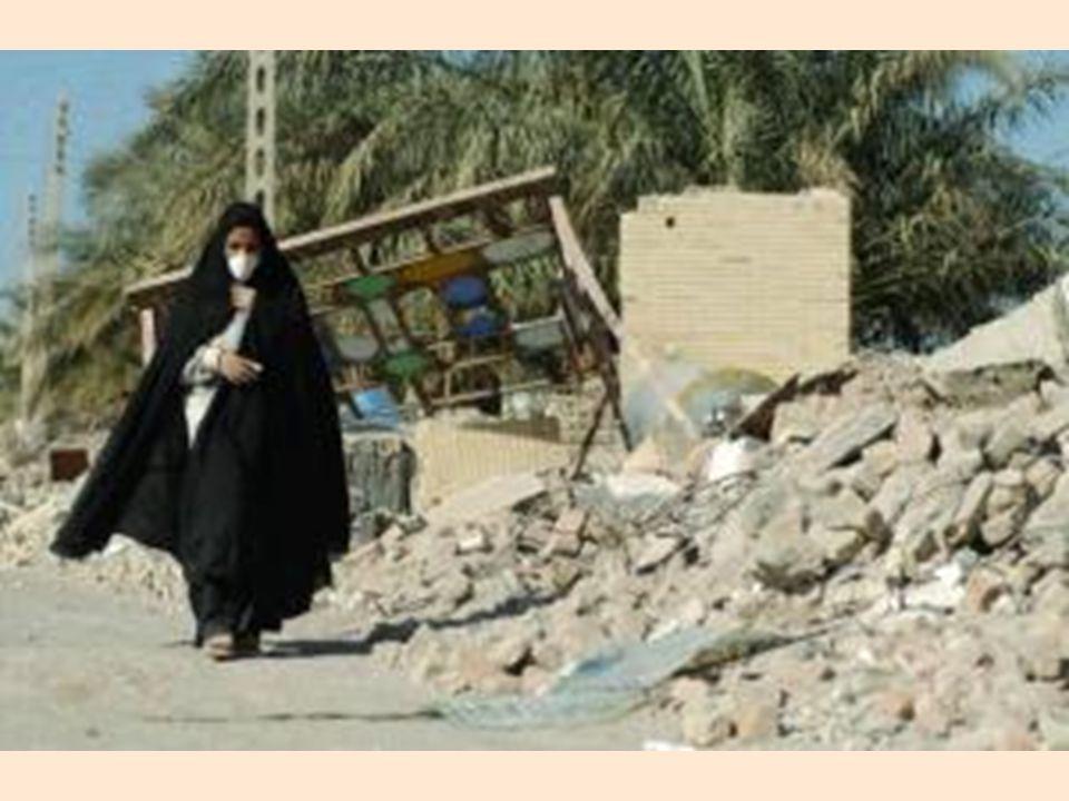 Una mujer de 97 años fue rescatada de los escombros del terremoto de su casa en la ciudad Iraní de Bam ayer, habiendo sobrevivido por 8 días sin agua y sin alimentos. La mujer. Vista por The Observer, lucía cómoda en una cama de hospital, estuvo en remarcada buena forma, de acuerdo a los médicos de la Cruz Roja quienes la examinaron (Getty Images)