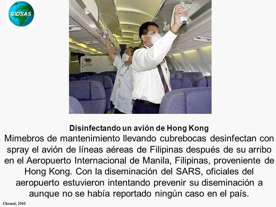 Disinfectando un avión de Hong Kong Mimebros de mantenimiento llevando cubrebocas desinfectan con spray el avión de líneas aéreas de Filipinas después de su arribo en el Aeropuerto Internacional de Manila, Filipinas, proveniente de Hong Kong.