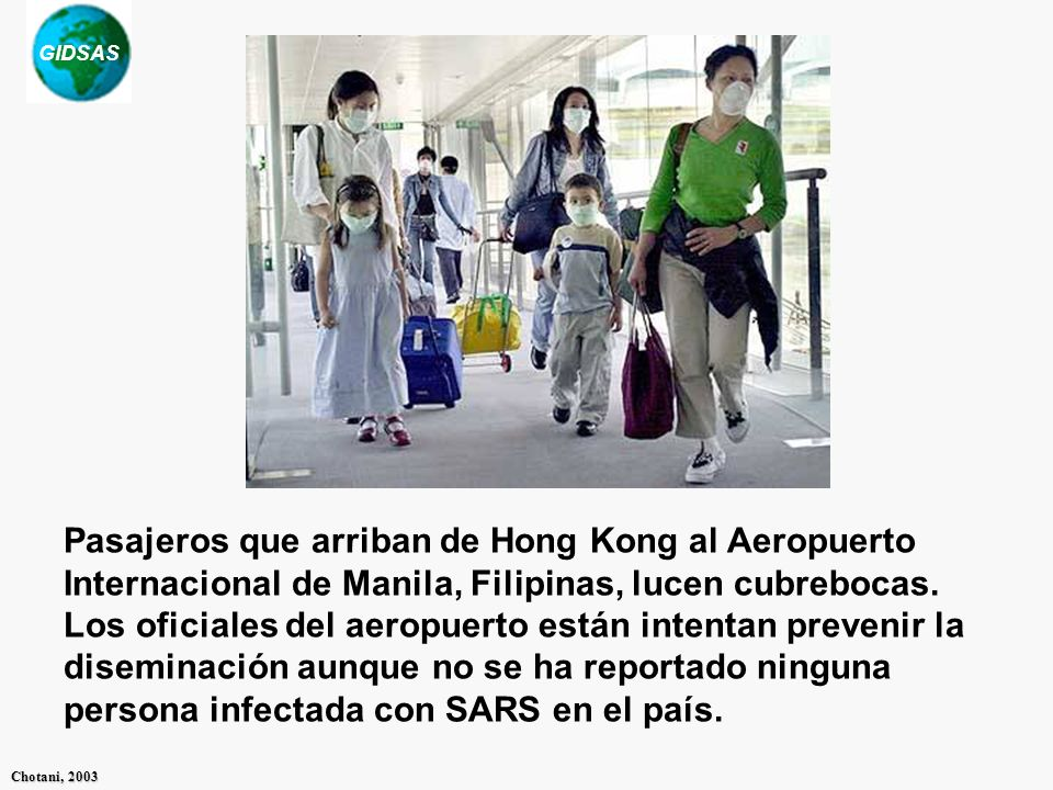 Pasajeros que arriban de Hong Kong al Aeropuerto Internacional de Manila, Filipinas, lucen cubrebocas.