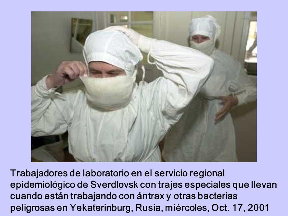 Trabajadores de laboratorio en el servicio regional epidemiológico de Sverdlovsk con trajes especiales que llevan cuando están trabajando con ántrax y otras bacterias peligrosas en Yekaterinburg, Rusia, miércoles, Oct.