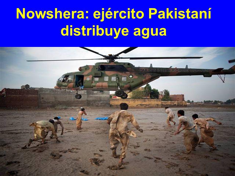 Nowshera: ejército Pakistaní distribuye agua