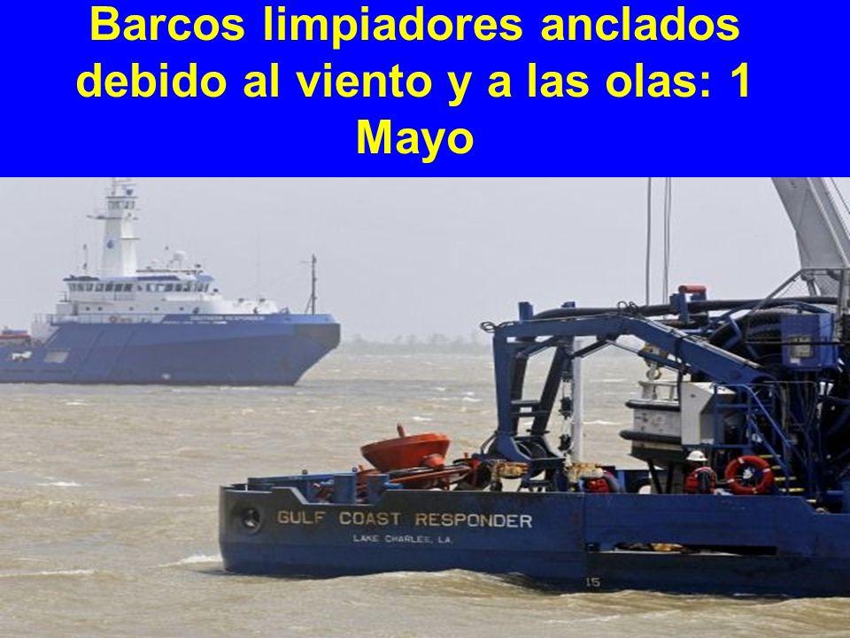 Barcos limpiadores anclados debido al viento y a las olas: 1 Mayo