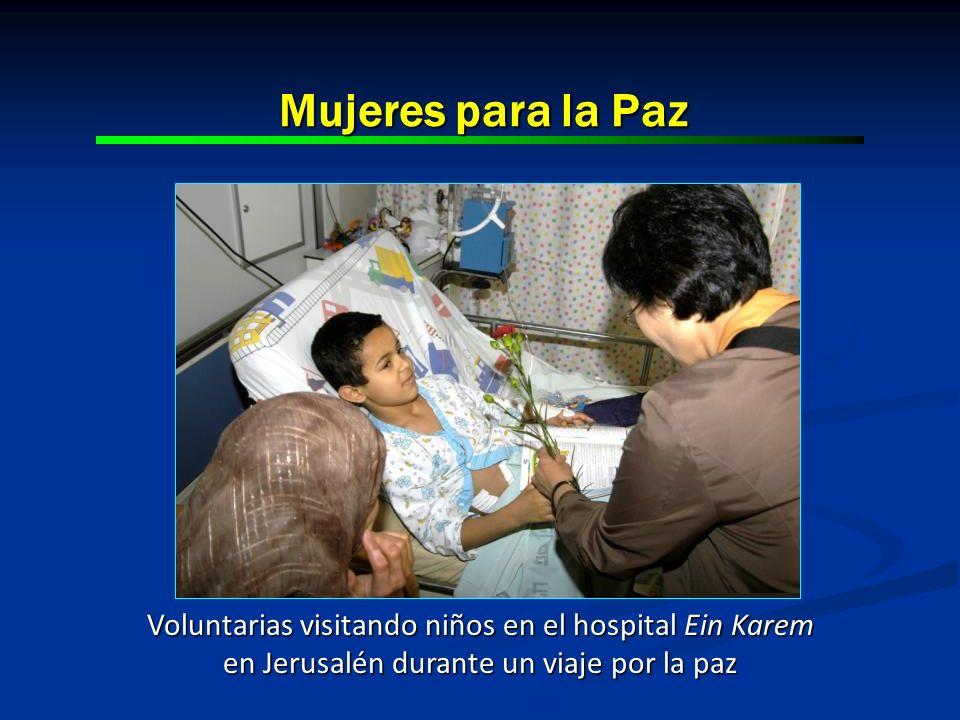 Mujeres para la Paz Voluntarias visitando niños en el hospital Ein Karem en Jerusalén durante un viaje por la paz.