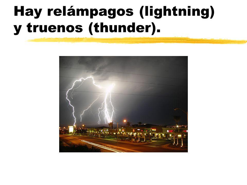 Hay relámpagos (lightning) y truenos (thunder).