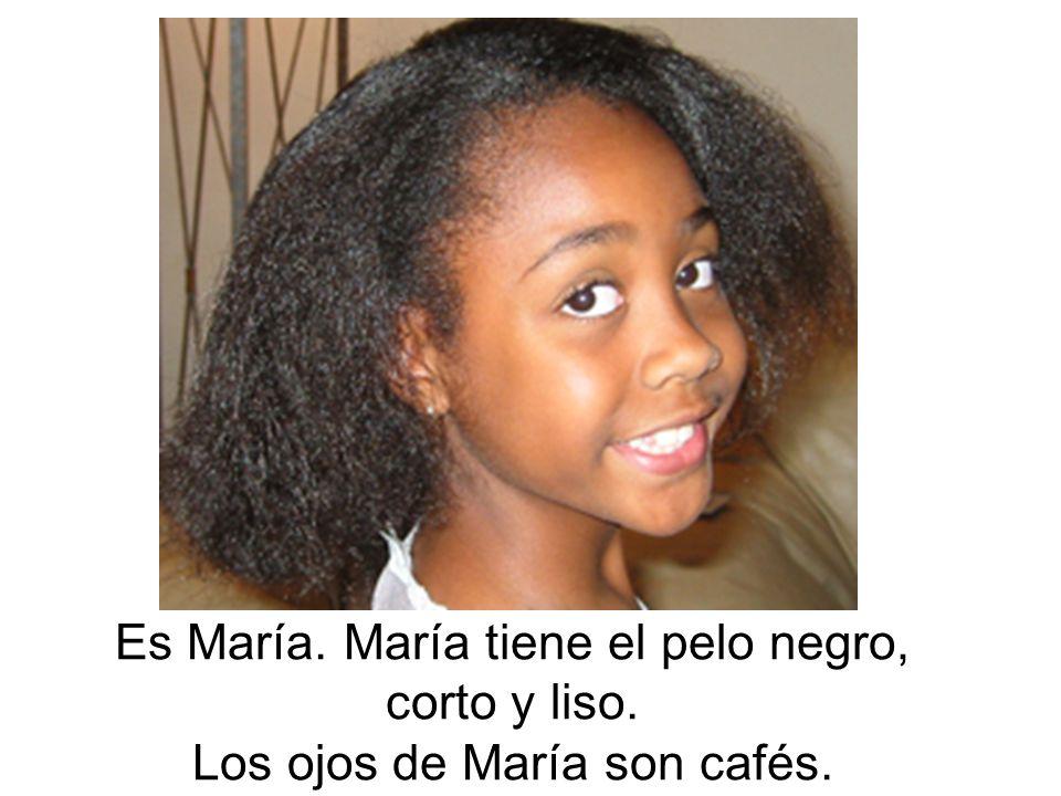 Es María. María tiene el pelo negro, corto y liso