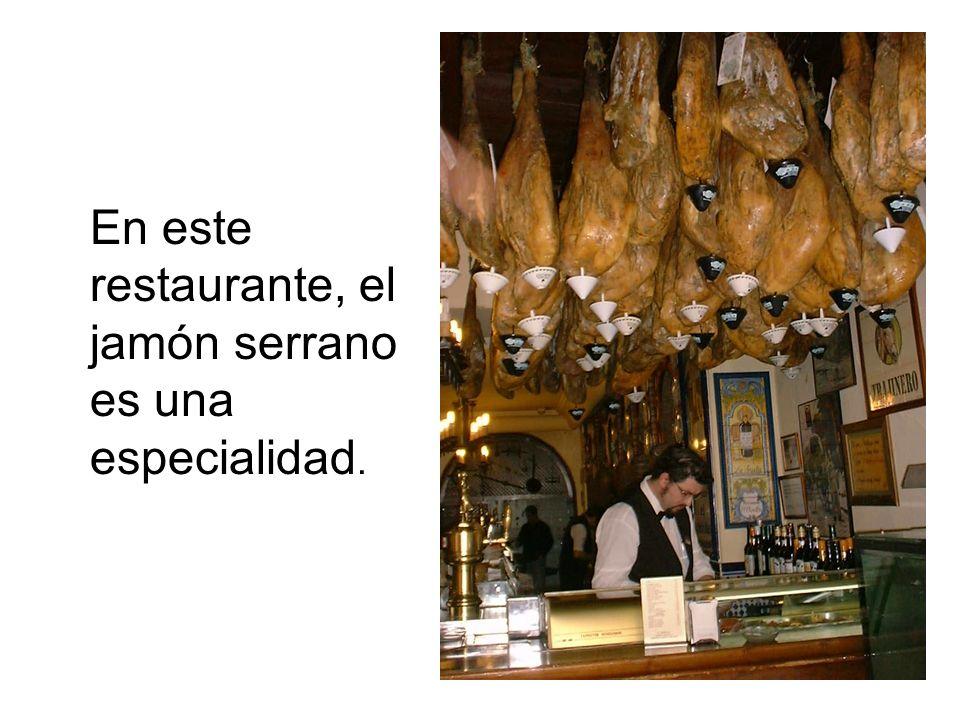 En este restaurante, el jamón serrano es una especialidad.