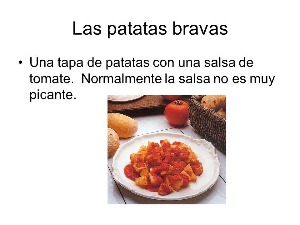 Las patatas bravas Una tapa de patatas con una salsa de tomate.