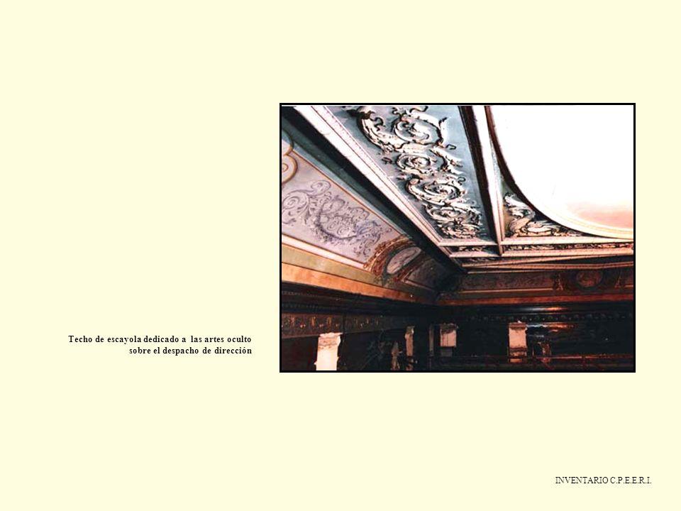 Techo de escayola dedicado a las artes oculto sobre el despacho de dirección