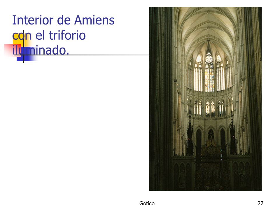 Interior de Amiens con el triforio iluminado.