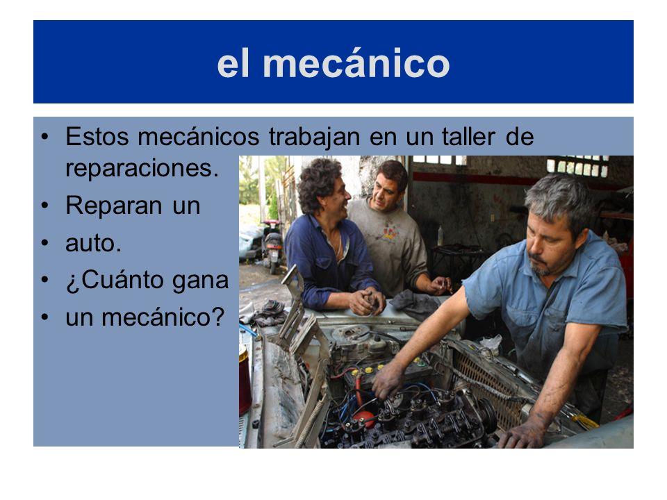 el mecánico Estos mecánicos trabajan en un taller de reparaciones.
