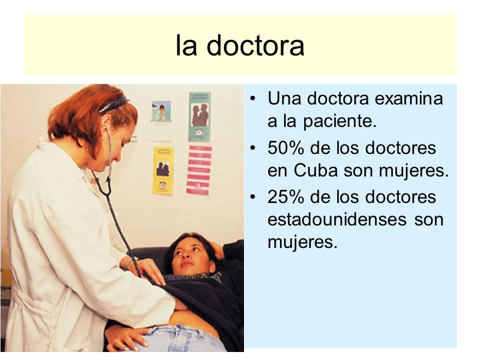 la doctora Una doctora examina a la paciente.