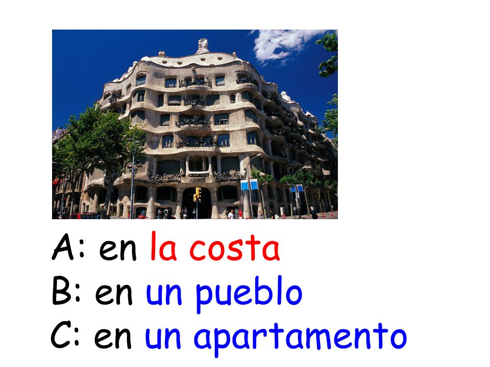 A: en la costa B: en un pueblo C: en un apartamento