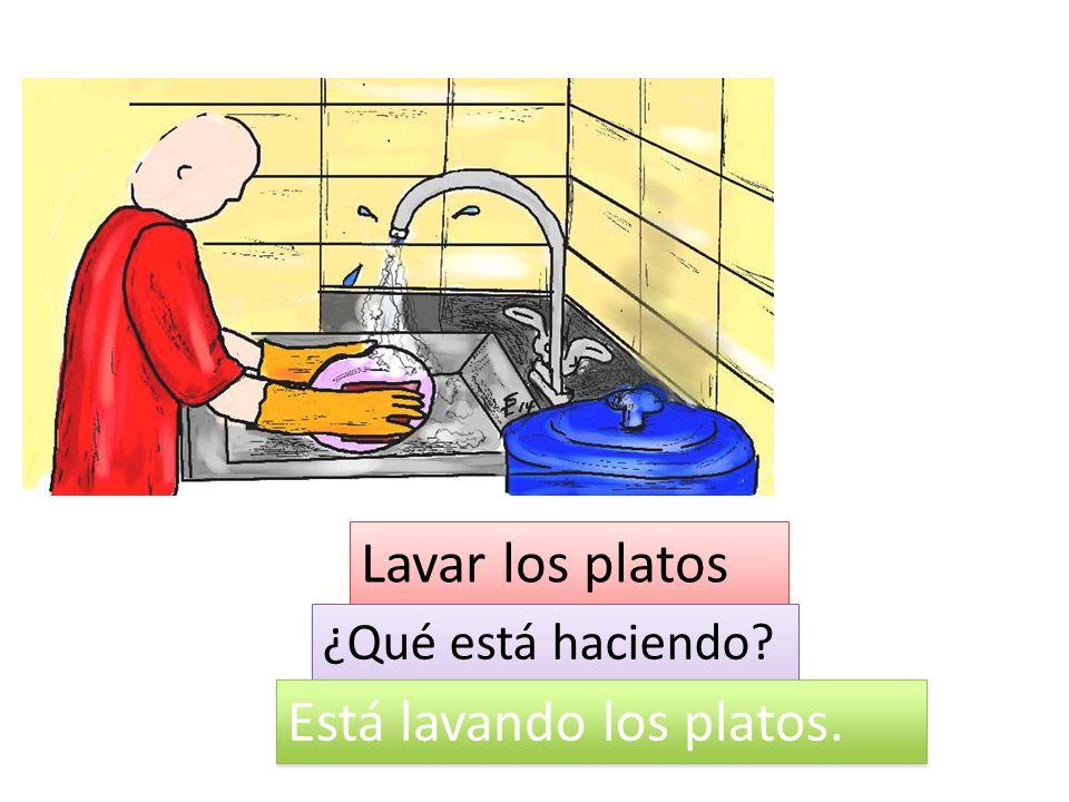 Está lavando los platos.