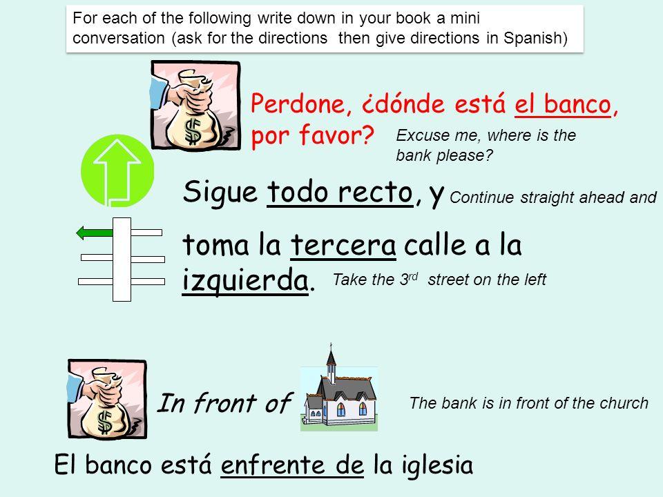 El banco está enfrente de la iglesia
