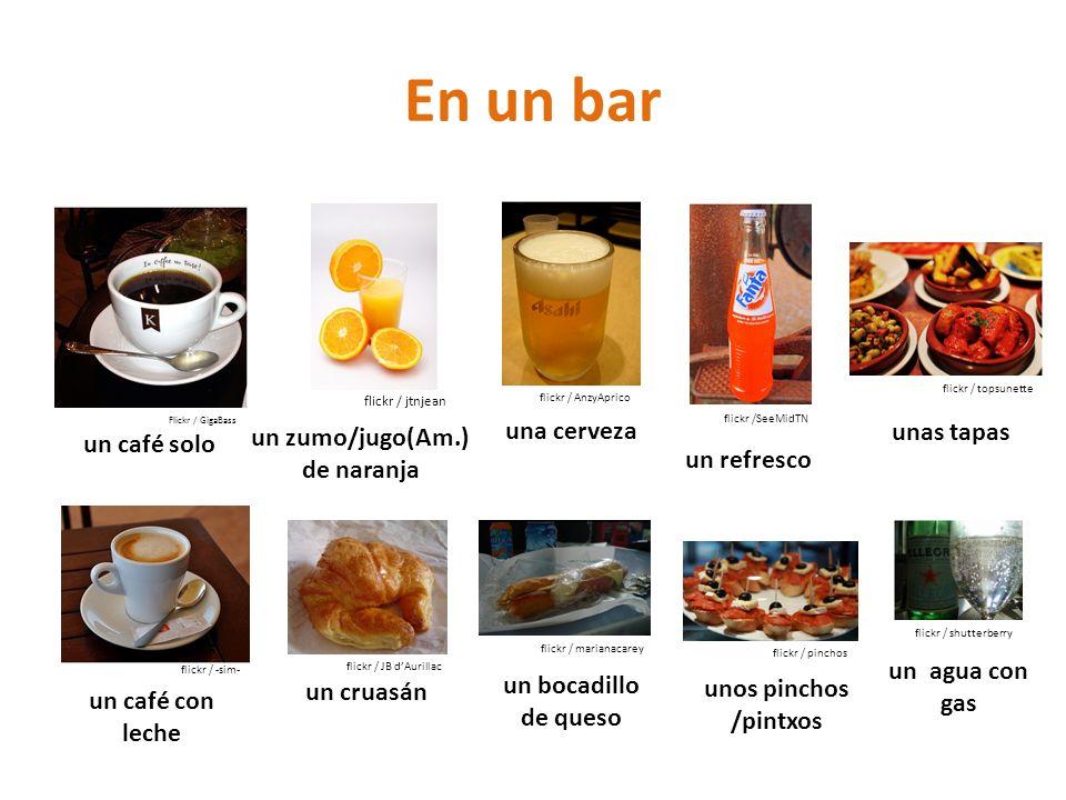 un zumo/jugo(Am.) de naranja