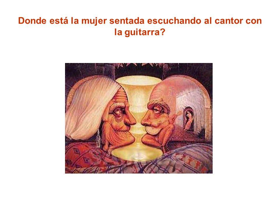 Donde está la mujer sentada escuchando al cantor con la guitarra