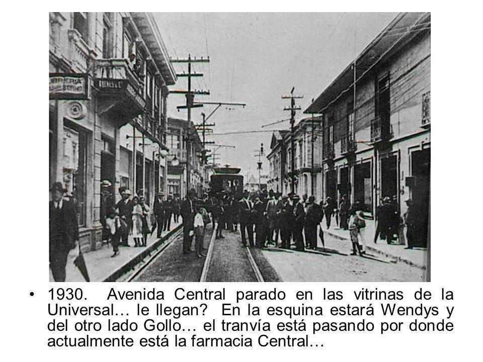 1930. Avenida Central parado en las vitrinas de la Universal… le llegan.