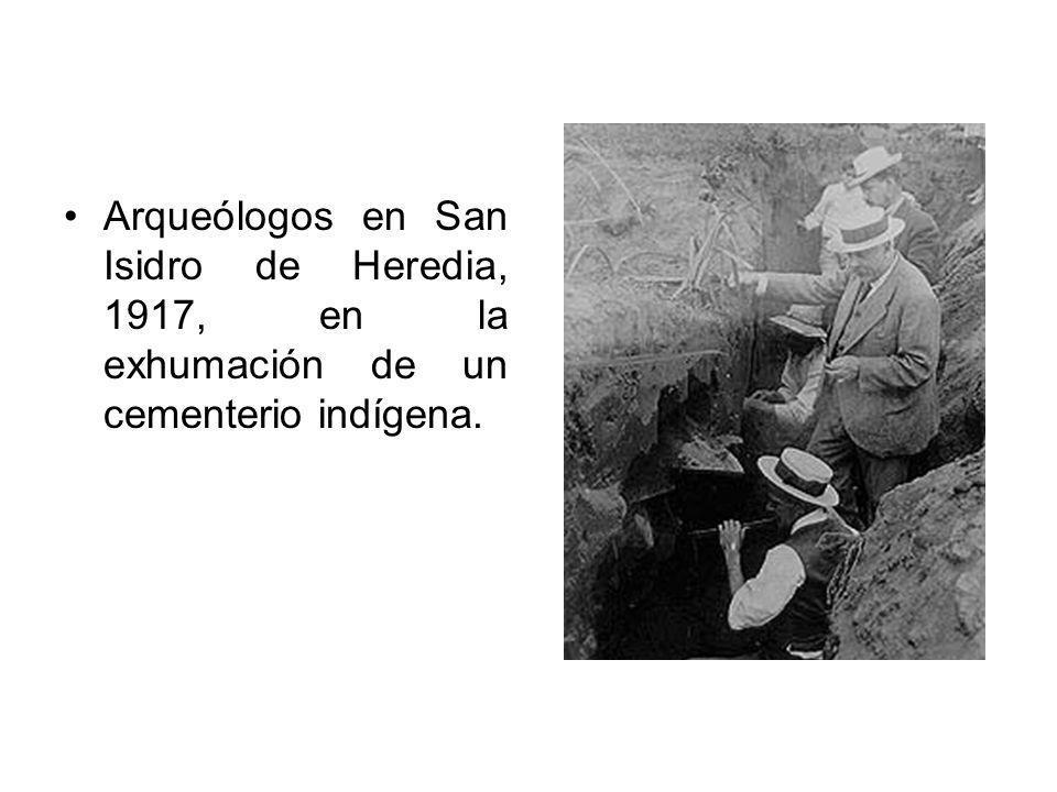 Arqueólogos en San Isidro de Heredia, 1917, en la exhumación de un cementerio indígena.