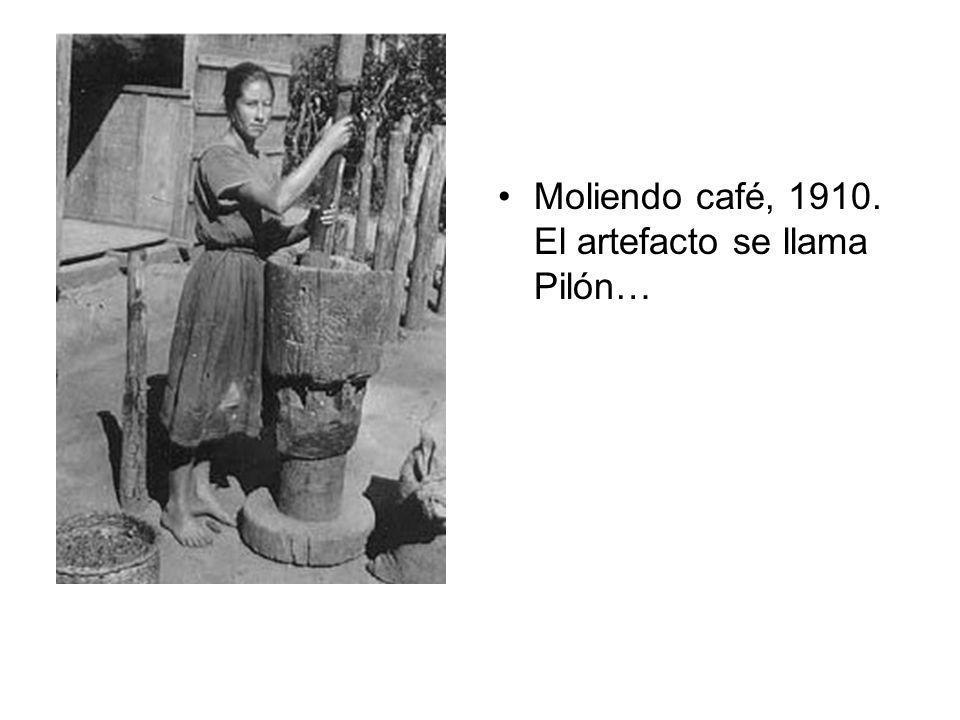Moliendo café, 1910. El artefacto se llama Pilón…