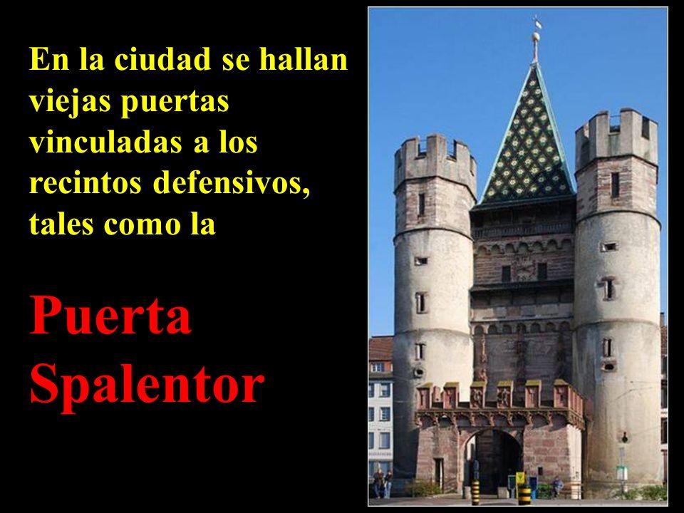 En la ciudad se hallan viejas puertas vinculadas a los recintos defensivos, tales como la
