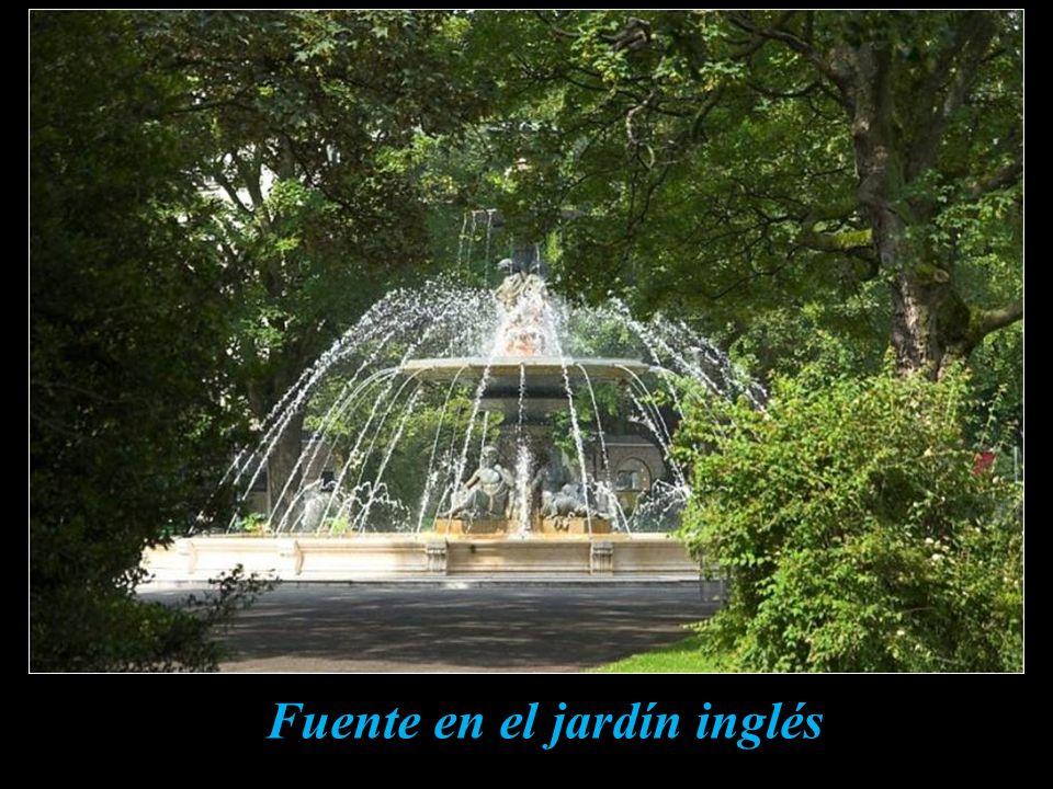 Fuente en el jardín inglés