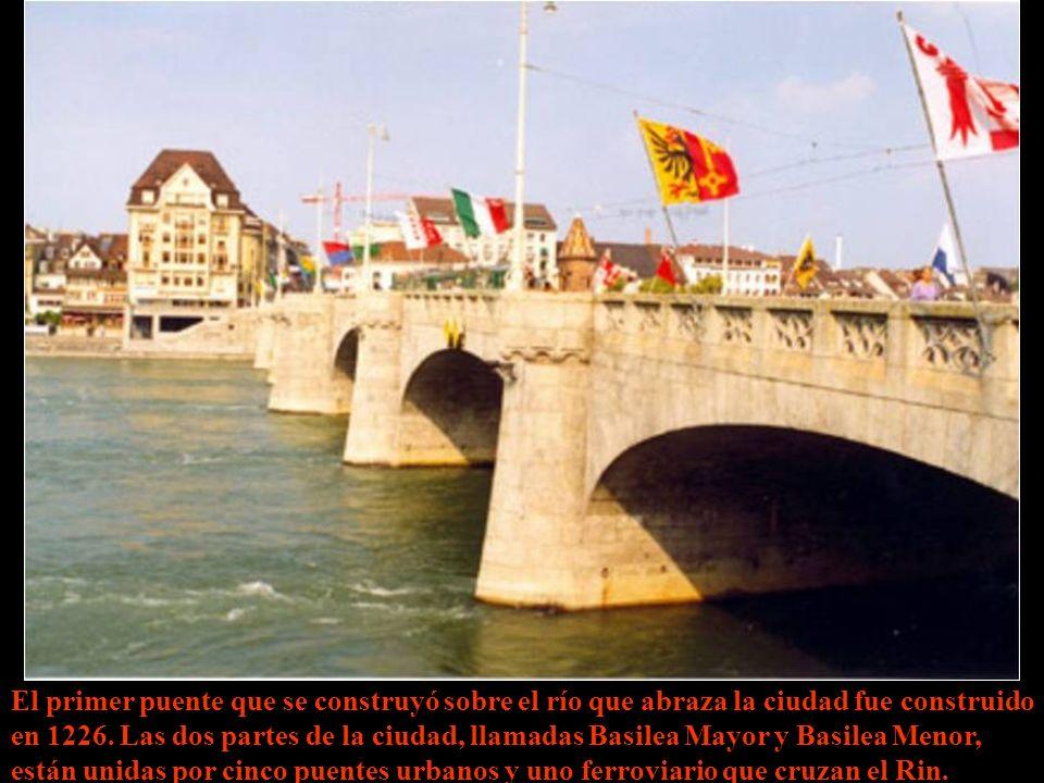 El primer puente que se construyó sobre el río que abraza la ciudad fue construido en 1226.