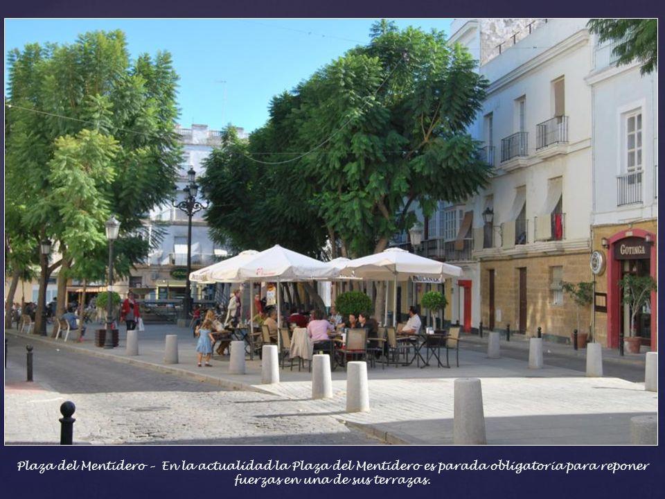 Plaza del Mentidero – En la actualidad la Plaza del Mentidero es parada obligatoria para reponer fuerzas en una de sus terrazas.