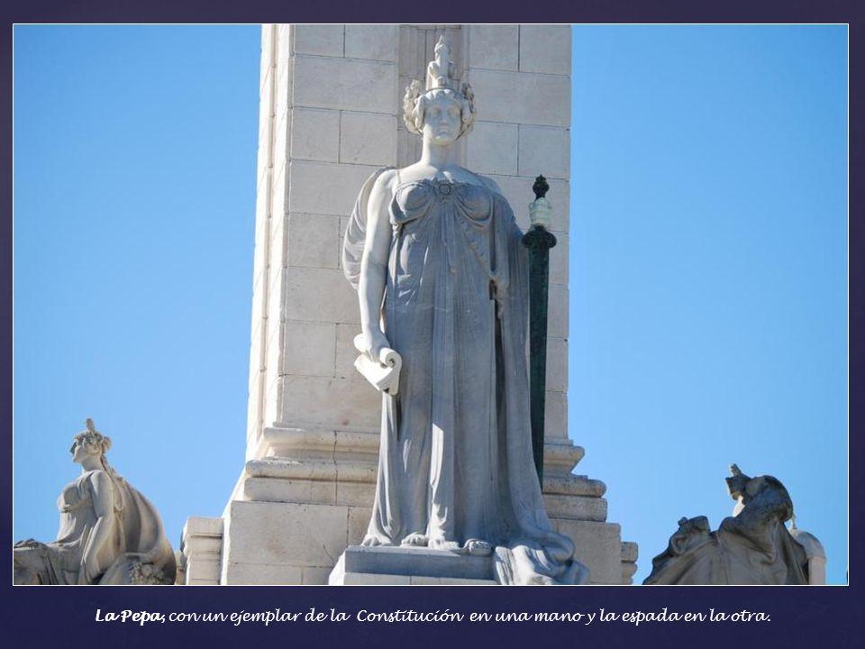 La Pepa, con un ejemplar de la Constitución en una mano y la espada en la otra.