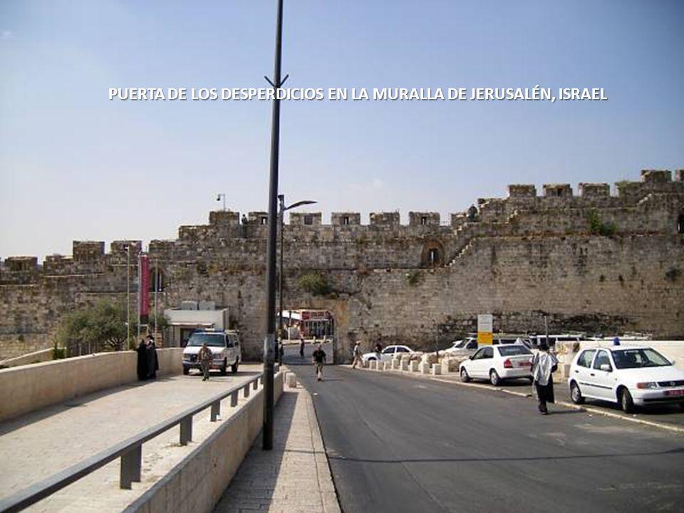 PUERTA DE LOS DESPERDICIOS EN LA MURALLA DE JERUSALÉN, ISRAEL