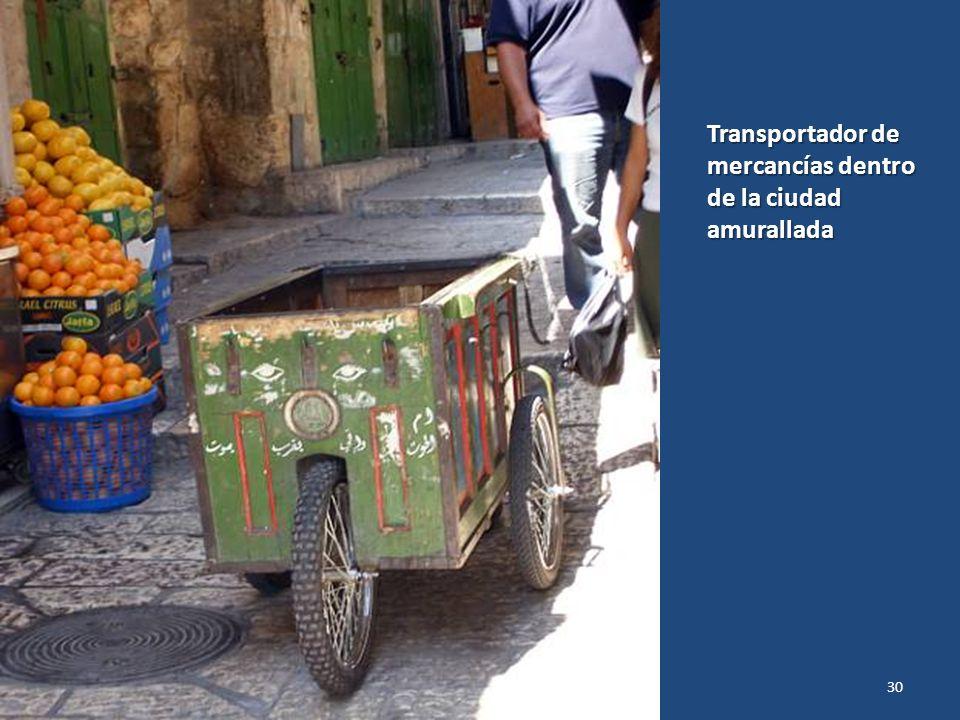 Transportador de mercancías dentro de la ciudad amurallada