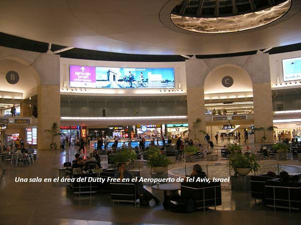 Una sala en el área del Dutty Free en el Aeropuerto de Tel Aviv, Israel