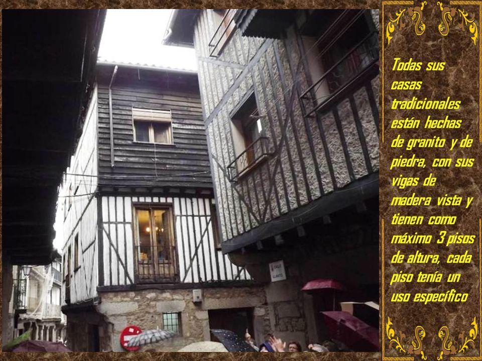 Todas sus casas tradicionales están hechas de granito y de piedra, con sus vigas de madera vista y tienen como máximo 3 pisos de altura, cada piso tenía un uso específico