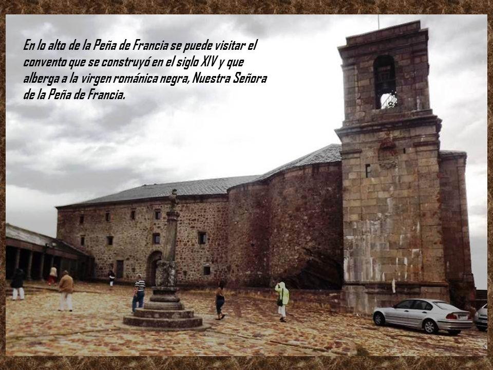 En lo alto de la Peña de Francia se puede visitar el convento que se construyó en el siglo XIV y que alberga a la virgen románica negra, Nuestra Señora de la Peña de Francia.