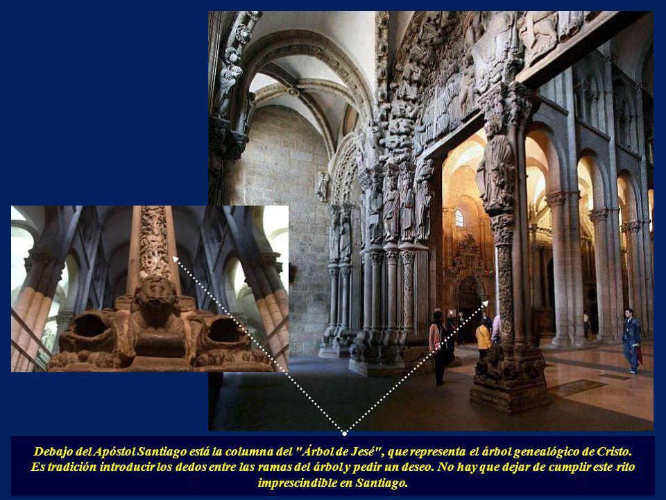 Debajo del Apóstol Santiago está la columna del Árbol de Jesé , que representa el árbol genealógico de Cristo.
