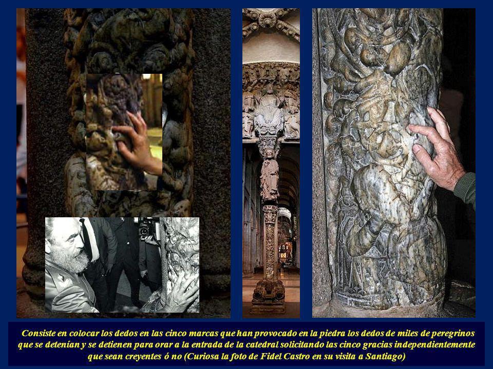 Consiste en colocar los dedos en las cinco marcas que han provocado en la piedra los dedos de miles de peregrinos que se detenían y se detienen para orar a la entrada de la catedral solicitando las cinco gracias independientemente que sean creyentes ó no (Curiosa la foto de Fidel Castro en su visita a Santiago)