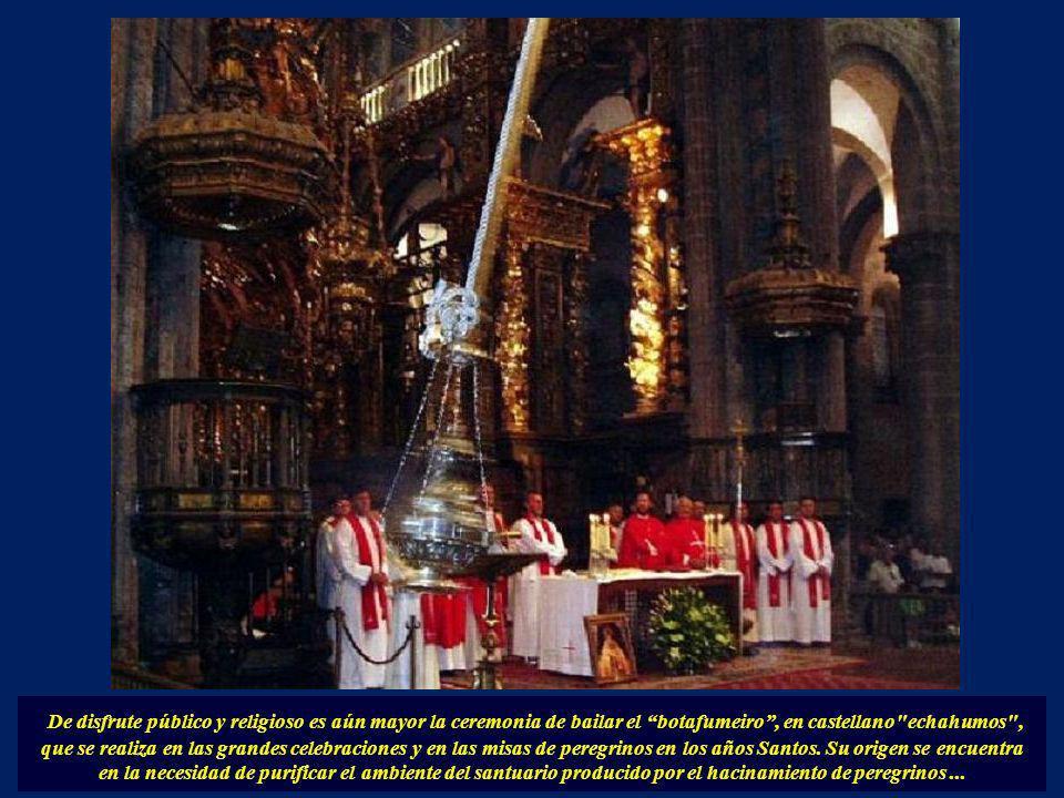 De disfrute público y religioso es aún mayor la ceremonia de bailar el botafumeiro , en castellano echahumos , que se realiza en las grandes celebraciones y en las misas de peregrinos en los años Santos.