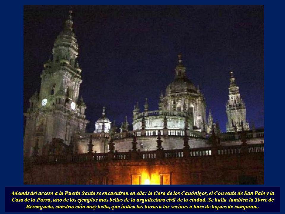 Además del acceso a la Puerta Santa se encuentran en ella: la Casa de los Canónigos, el Convento de San Paio y la Casa de la Parra, uno de los ejemplos más bellos de la arquitectura civil de la ciudad.