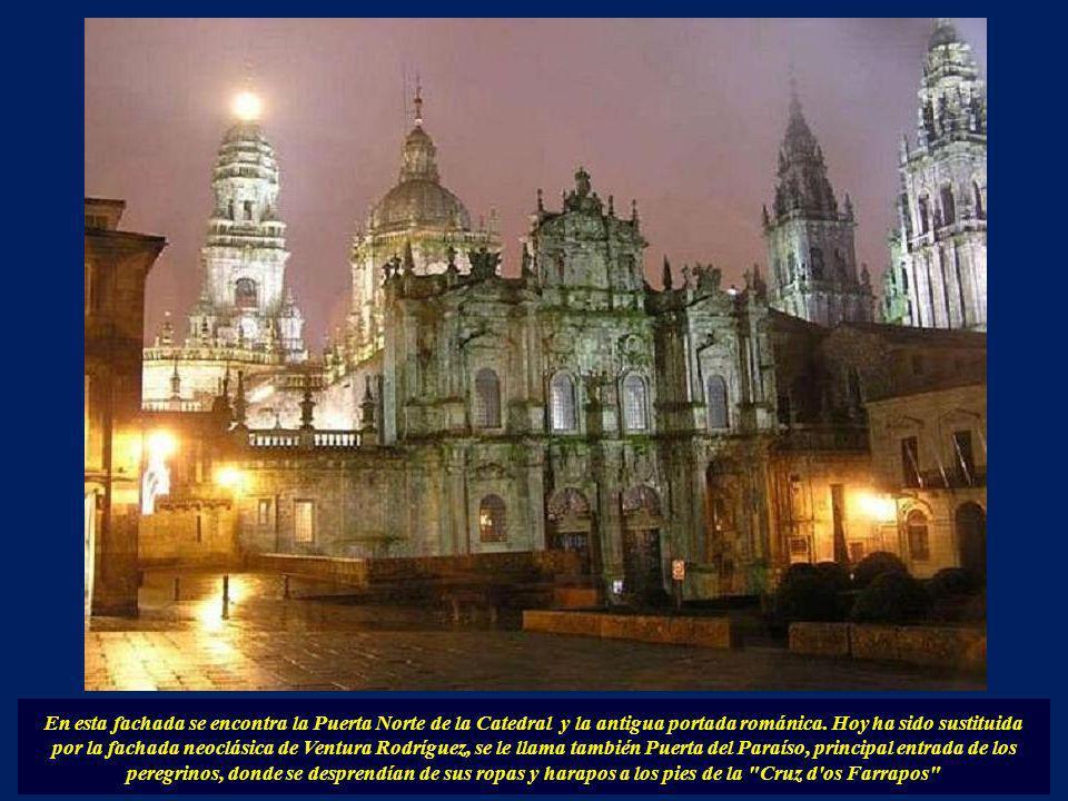 En esta fachada se encontra la Puerta Norte de la Catedral y la antigua portada románica.