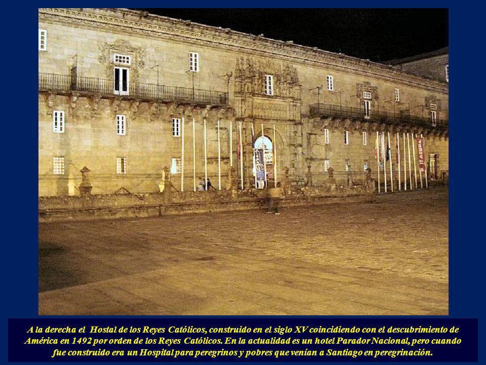 A la derecha el Hostal de los Reyes Católicos, construido en el siglo XV coincidiendo con el descubrimiento de América en 1492 por orden de los Reyes Católicos. En la actualidad es un hotel Parador Nacional, pero cuando