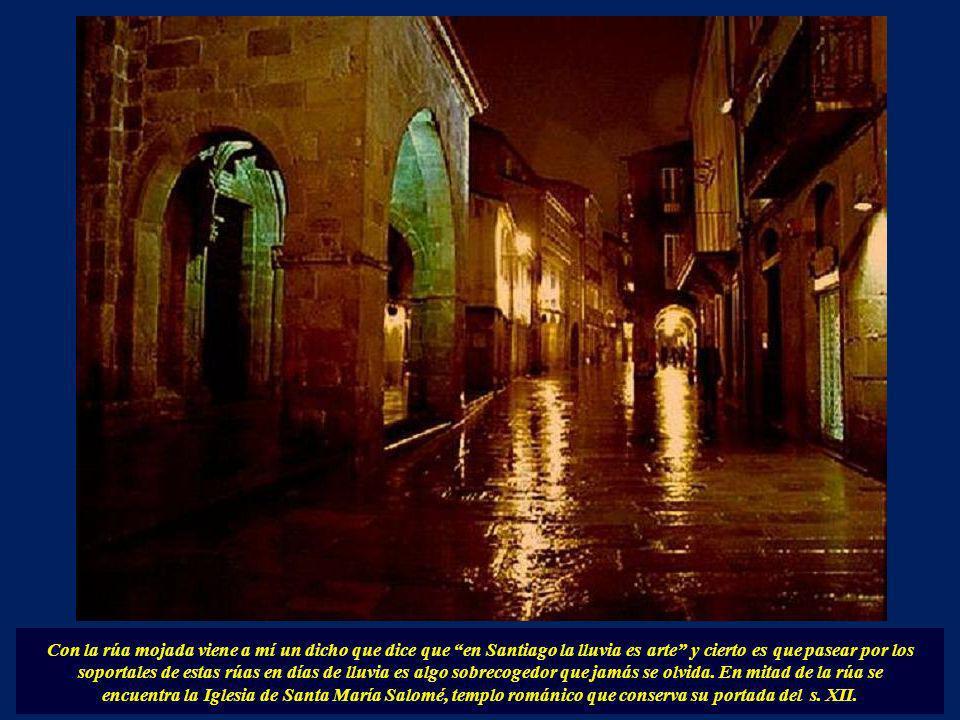 Con la rúa mojada viene a mí un dicho que dice que en Santiago la lluvia es arte y cierto es que pasear por los soportales de estas rúas en días de lluvia es algo sobrecogedor que jamás se olvida. En mitad de la rúa se