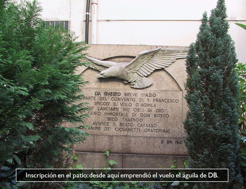 Inscripción en el patio: desde aquí emprendió el vuelo el águila de DB.
