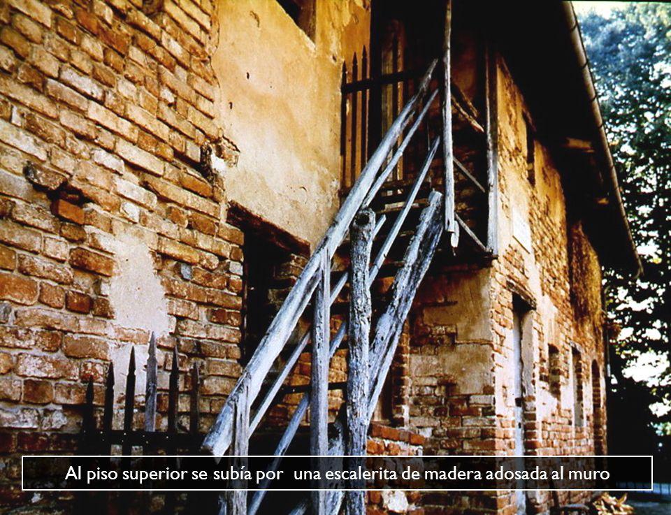Al piso superior se subía por una escalerita de madera adosada al muro