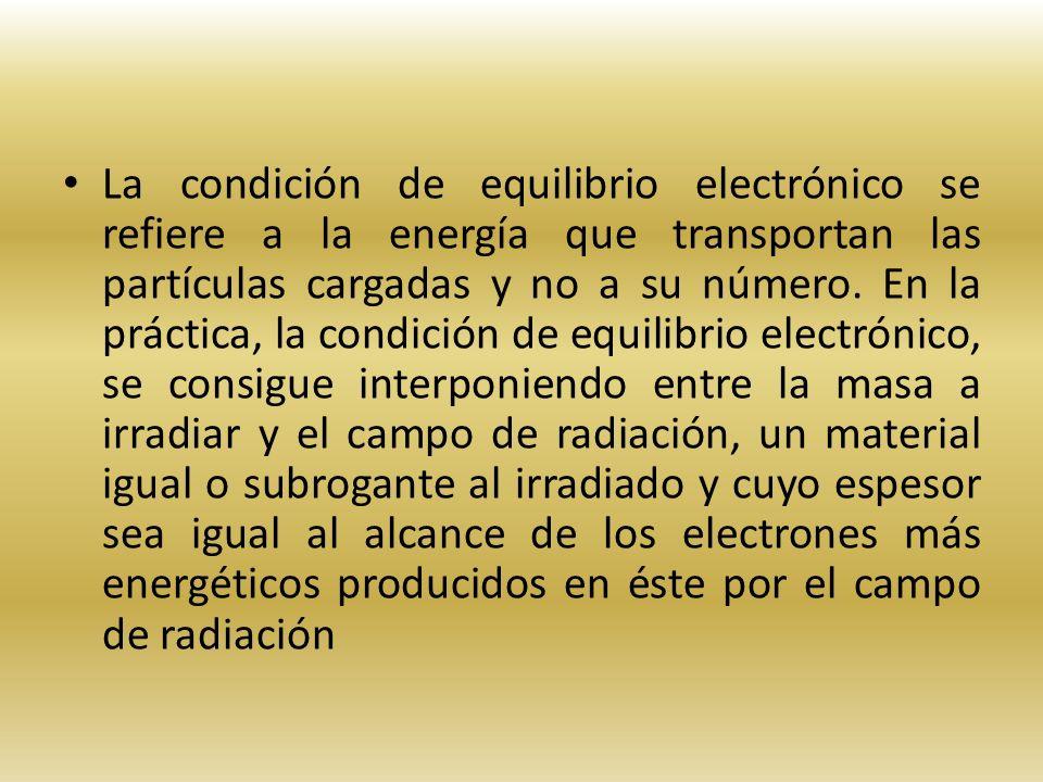 La condición de equilibrio electrónico se refiere a la energía que transportan las partículas cargadas y no a su número.
