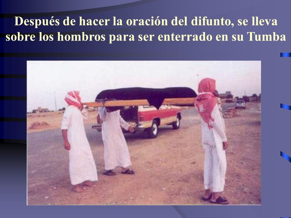 Después de hacer la oración del difunto, se lleva sobre los hombros para ser enterrado en su Tumba